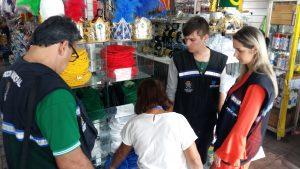 Lojistas são orientados durante a fiscalização.